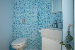 Туалет. Кипр, Пернера : Современный апартамент в 100 метрах от пляжа, с гостиной, отдельной спальней и балконом с видом на море