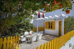Терраса. Кипр, Санрайз Протарас : Очаровательный коттедж в традиционном греческом стиле с 2-мя спальнями, уютным двориком с патио, расположен на холме Ayios Elias