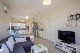 Гостиная. Кипр, Пернера : Уютная вилла с 2-мя спальнями, с зелёным двориком, патио и барбекю, в комплексе с общим бассейном