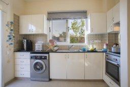 Кухня. Кипр, Пернера : Уютная вилла с 2-мя спальнями, с зелёным двориком, патио и барбекю, в комплексе с общим бассейном