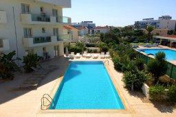 Бассейн. Кипр, Пернера : Современный уютный апартамент в комплексе с бассейном, с гостиной, отдельной спальней и балконом с видом на море