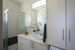 Ванная комната. Кипр, Пернера : Современный уютный апартамент в комплексе с бассейном, с гостиной, отдельной спальней и балконом с видом на море