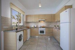Кухня. Кипр, Пернера : Просторная вилла с 3-мя спальнями, с бассейном, уютным патио и барбекю, расположена около пляжа Kalamies Beach