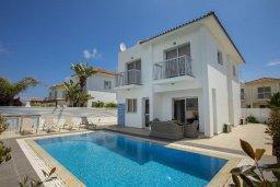 Фасад дома. Кипр, Пернера : Просторная вилла с 3-мя спальнями, с бассейном, уютным патио и барбекю, расположена около пляжа Kalamies Beach