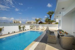 Бассейн. Кипр, Пернера : Просторная вилла с 3-мя спальнями, с бассейном, уютным патио и барбекю, расположена около пляжа Kalamies Beach