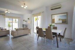 Гостиная. Кипр, Пернера : Просторная вилла с 3-мя спальнями, с бассейном, уютным патио и барбекю, расположена около пляжа Kalamies Beach
