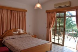Спальня. Кипр, Си Кейвз : Прекрасная вилла с 3-мя спальнями, с бассейном, джакузи, просторным двориком с зелёным садом, с патио и барбекю, расположена в самом восхитительном месте среди банановых плантаций