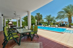 Терраса. Кипр, Перволия : Шикарная вилла с потрясающим видом на море, с 6-ю спальнями, с бассейном, джакузи и большим садом, барбекю и бильярдом