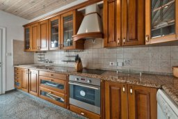 Кухня. Кипр, Перволия : Шикарная вилла с потрясающим видом на море, с 6-ю спальнями, с бассейном, джакузи и большим садом, барбекю и бильярдом