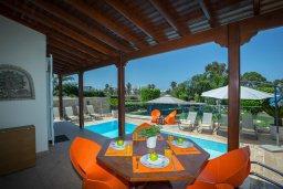 Обеденная зона. Кипр, Фиг Три Бэй Протарас : Роскошная вилла на берегу моря, с 4-мя спальнями, с бассейном, красивым зелёным садом с патио и барбекю, расположена в 20 метрах от прекрасного уединенного пляжа