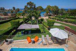 Зона отдыха у бассейна. Кипр, Фиг Три Бэй Протарас : Роскошная вилла на берегу моря, с 4-мя спальнями, с бассейном, красивым зелёным садом с патио и барбекю, расположена в 20 метрах от прекрасного уединенного пляжа