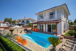 Фасад дома. Кипр, Фиг Три Бэй Протарас : Роскошная вилла на берегу моря, с 4-мя спальнями, с бассейном, красивым зелёным садом с патио и барбекю, расположена в 20 метрах от прекрасного уединенного пляжа