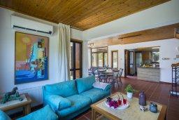 Гостиная. Кипр, Коннос Бэй : Роскошная вилла с 4-мя спальнями, с бассейном, зелёной территорией с патио и барбекю, расположена в тихом жилом районе мыса Cape Greco
