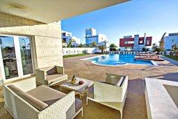 Терраса. Кипр, Аммос - Лимнария Бич : Шикарная вилла с видом на Средиземное море, с 5-ю спальнями, большим бассейном с джакузи, солнечной террасой с патио и барбекю, расположена в эксклюзивном современном комплексе на берегу моря