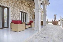 Терраса. Кипр, Паралимни : Шикарный дом с большим бассейном и джакузи, 4 спальни, 2 ванные комнаты, сауна, камин, барбекю, парковка, Wi-Fi