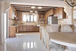 Кухня. Кипр, Паралимни : Шикарный дом с большим бассейном и джакузи, 4 спальни, 2 ванные комнаты, сауна, камин, барбекю, парковка, Wi-Fi