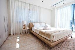 Спальня. Кипр, Аммос - Лимнария Бич : Шикарная современная вилла с видом на Средиземное море, с 3-мя спальнями, с бассейном и джакузи, солнечной террасой с патио и барбекю, расположена в 70 метрах от пляжа