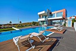 Бассейн. Кипр, Аммос - Лимнария Бич : Шикарная современная вилла с видом на Средиземное море, с 3-мя спальнями, с бассейном и джакузи, солнечной террасой с патио и барбекю, расположена в 70 метрах от пляжа