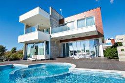Вид на виллу/дом снаружи. Кипр, Аммос - Лимнария Бич : Шикарная современная вилла с видом на Средиземное море, с 3-мя спальнями, с бассейном и джакузи, солнечной террасой с патио и барбекю, расположена в 70 метрах от пляжа