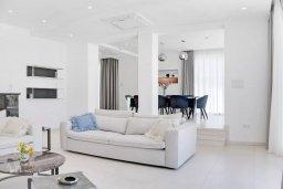 Гостиная. Кипр, Центр Айя Напы : Идеальная вилла с панорамным видом на Средиземное море, с 4-мя спальнями, с большим бассейном, солнечной террасой с lounge-зоной, каменным барбекю, расположена на побережье Ayia Napa