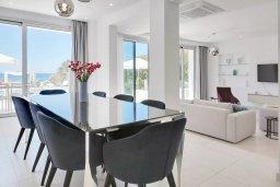 Обеденная зона. Кипр, Центр Айя Напы : Идеальная вилла с панорамным видом на Средиземное море, с 4-мя спальнями, с большим бассейном, солнечной террасой с lounge-зоной, каменным барбекю, расположена на побережье Ayia Napa