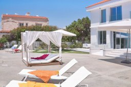Зона отдыха у бассейна. Кипр, Центр Айя Напы : Идеальная вилла с панорамным видом на Средиземное море, с 4-мя спальнями, с большим бассейном, солнечной террасой с lounge-зоной, каменным барбекю, расположена на побережье Ayia Napa