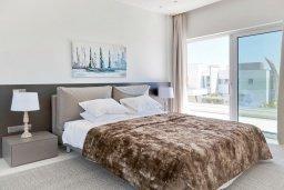 Спальня. Кипр, Аммос - Лимнария Бич : Современная вилла с панорамным видом на Средиземное море, с 3-мя спальнями, с пейзажным бассейном с джакузи, солнечной террасой с патио и барбекю, расположена на побережье в эксклюзивном жилом комплексе недалеко от Ayia Napa