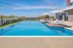 Бассейн. Кипр, Аммос - Лимнария Бич : Современная вилла с панорамным видом на Средиземное море, с 3-мя спальнями, с пейзажным бассейном с джакузи, солнечной террасой с патио и барбекю, расположена на побережье в эксклюзивном жилом комплексе недалеко от Ayia Napa