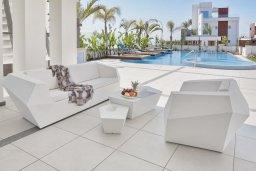 Терраса. Кипр, Аммос - Лимнария Бич : Современная вилла с видом на Средиземное море, с 6-ю спальнями, с бассейном с джакузи, меблированной террасой на крыше, расположена в 140 метрах от пляжа
