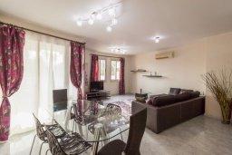 Гостиная. Кипр, Св. Рафаэль Лимассол : Современный апартамент в комплексе с бассейном, с большой гостиной, двумя спальнями и балконом