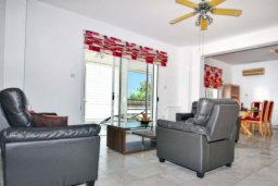 Гостиная. Кипр, Корал Бэй : Великолепная вилла с 3-мя спальнями, с бассейном, крытой террасой с патио и зелёным двориком с барбекю