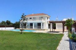Фасад дома. Кипр, Корал Бэй : Великолепная вилла с 3-мя спальнями, с бассейном, крытой террасой с патио и зелёным двориком с барбекю