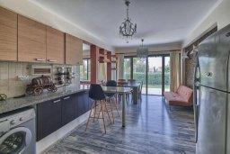 Кухня. Кипр, Гермасойя Лимассол : Роскошный апартамент с собственным садом в комплексе с бассейном, большая гостиная, 3 спальни, 3 ванные комнаты, терраса
