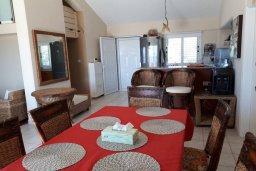 Обеденная зона. Кипр, Пиргос : Двухуровневый апартамент в комплексе с бассейном, с большой гостиной, 4-мя спальнями, 2-мя ванными комнатами и огромной террасой с барбекю и плетеной мебелью