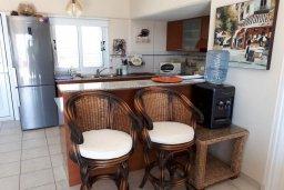 Кухня. Кипр, Пиргос : Двухуровневый апартамент в комплексе с бассейном, с большой гостиной, 4-мя спальнями, 2-мя ванными комнатами и огромной террасой с барбекю и плетеной мебелью