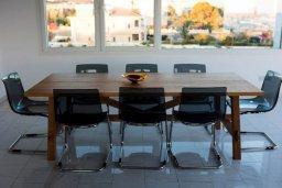 Обеденная зона. Кипр, Айос Тихонас Лимассол : Роскошный пентхаус в комплексе с бассейном, с патио и шикарным видом на море, с большой гостиной, 3-мя спальнями и 2-мя ванными комнатами