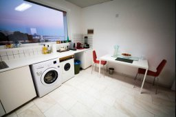 Кухня. Кипр, Айос Тихонас Лимассол : Роскошный пентхаус в комплексе с бассейном, с патио и шикарным видом на море, с большой гостиной, 3-мя спальнями и 2-мя ванными комнатами
