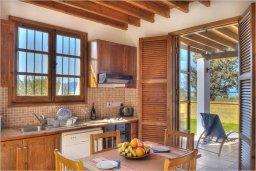 Кухня. Кипр, Полис город : Роскошная вилла с бассейном в 40 метрах от пляжа, 2 спальни, 3 ванные комнаты, барбекю, парковка, Wi-Fi