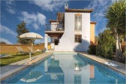 Фасад дома. Кипр, Полис город : Роскошная вилла с бассейном в 40 метрах от пляжа, 2 спальни, 3 ванные комнаты, барбекю, парковка, Wi-Fi