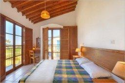 Спальня. Кипр, Полис город : Роскошная вилла с бассейном в 40 метрах от пляжа, 3 спальни, 3 ванные комнаты, барбекю, парковка, Wi-Fi