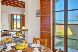 Гостиная. Кипр, Полис город : Эксклюзивная вилла с бассейном в 40 метрах от пляжа, 3 спальни, 3 ванные комнаты, барбекю, парковка, Wi-Fi