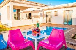 Фасад дома. Кипр, Нисси Бич : Роскошная вилла с бассейном и зеленым двориком с барбекю, 3 спальни, 2 ванные комнаты, парковка, Wi-Fi