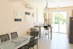 Обеденная зона. Кипр, Нисси Бич : Прекрасная вилла с бассейном в 100 метрах от пляжа Нисси, 3 спальни, парковка, Wi-Fi