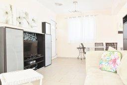 Гостиная. Кипр, Нисси Бич : Прекрасная вилла с бассейном в 100 метрах от пляжа Нисси, 3 спальни, парковка, Wi-Fi