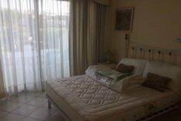 Спальня. Кипр, Св. Рафаэль Лимассол : Просторный оборудованный апартамент с ландшафтным садом, занимающим 90 кв. метров, с тремя спальнями у Св. Рафаэля для шестерых
