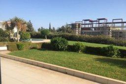 Зелёный сад. Кипр, Св. Рафаэль Лимассол : Просторный оборудованный апартамент с ландшафтным садом, занимающим 90 кв. метров, с тремя спальнями у Св. Рафаэля для шестерых