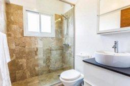 Ванная комната. Кипр, Св. Рафаэль Лимассол : Современная 2 спальная квартира с роскошным видом на море рядом с отелем Св. Рафаэль для 4-х гостей