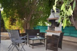 Патио. Кипр, Дасуди Лимассол : Уютная частная вилла с 3-мя спальнями для восьми гостей в Лимассоле с бассейном, барбекю и садом в 3-х минутах ходьбы от пляжа