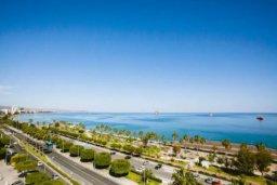 Вид на море. Кипр, Центр Лимассола : Просторная, комфортабельная, недавно отремонтированная квартира, идеально подходящая для путешествующих по работе и счастливых пар на 3-х гостей в Лимассоле