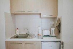 Кухня. Кипр, Центр Лимассола : Светлая очаровательная студия для троих с потрясающим видом на пляж в самом центре Лимассола